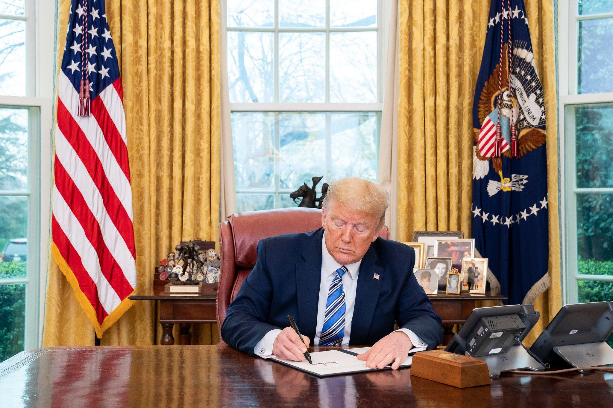 Trump en el escritorio de oficina ovalado